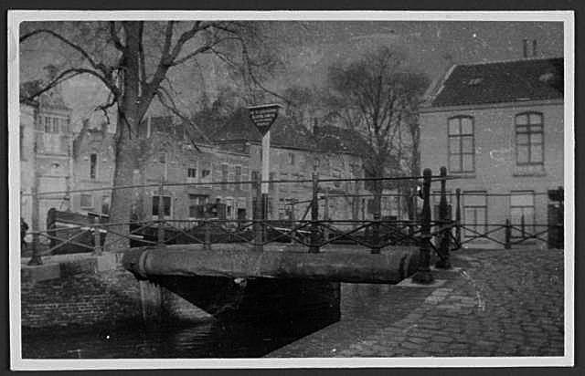 Op deze foto kijken wij vanaf de Vest naar de brug met op de achtergrond het Nonnenwater/Rotterdamsche Veer.
