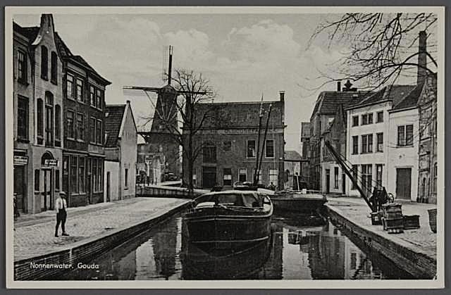 Een foto uit 1930 vlak voor de demping van de Verlorenkost. Wij kijken hier vanaf de Nonnenbrug via het Nonnenwater/Rotterdamsche Veer naar de Verlorenkost.