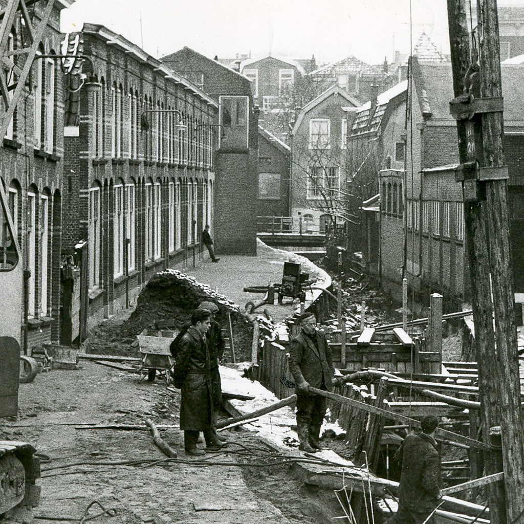 Foto Goudse Courant eind 1960. Dit fragment uit de originele foto toont ons de net drooggepompte Korte Raam waar rioleringswerkzaamheden worden uitgevoerd. In de verte zien wij de Baliebrug nog liggen.